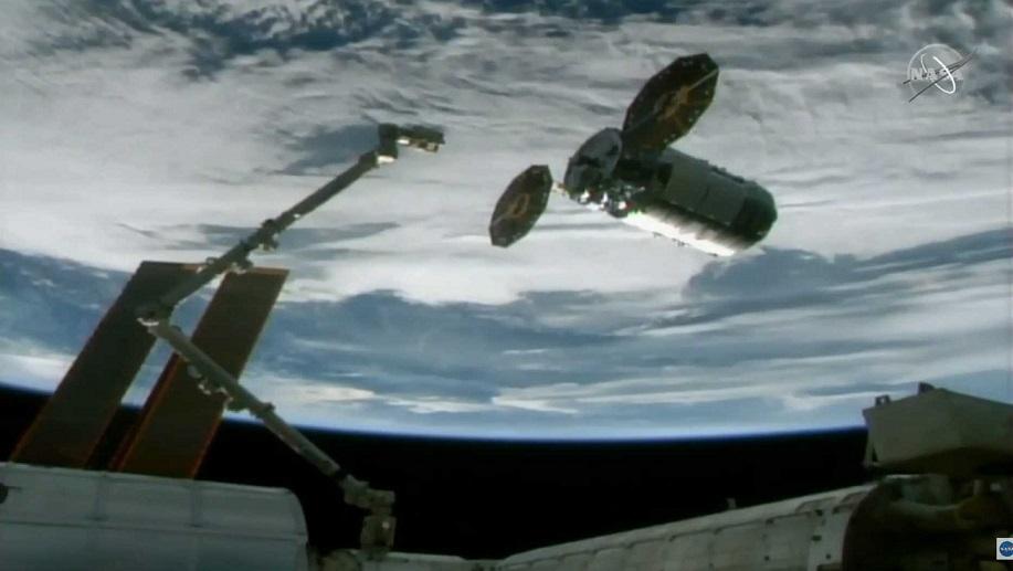 Kosmická loď Cygnus u robotického ramene CANADARM